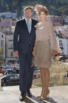 King Willem-Alexander of The Netherlands and Queen Maxima of The Netherlands visit visit Palacio da Vila on October 2017 in Sintra, Portugal. Royal Fashion, Love Fashion, Classy Sexy Dress, Style Royal, Estilo Real, Queen Rania, Mother Of Groom Dresses, Royal Clothing, Fashion Details