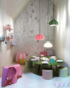 As luminárias #snowpuppe deixam o quarto de brincar colorido/ @snowpuppe lampshades bring colors to this #playroom . #kids #wallpaper #kidsdecor #kidsroom #playful #play  #kidsstyle #kidsbedroominspo #kidsinspo #quartodebebe #quartodebrincar #quartodecriança #colorfuldecor #happyroom #funroom #kidswallpaper #papeldeparede #kidsinterior #lampshade #studiosnowpuppe #paperlampshade #kidslamp