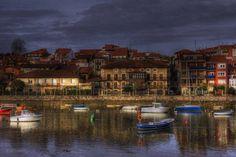 En Plentzia, a 25 km de Bilbao, conviven antiguas casas de marinos con construcciones cultas y de tipo palaciego, un conjunto arquitectónico y etnográfico de gran valor. #Euskadi #Costavasca Foto de Eduardo Latorre