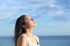 Dans la médecine ayurvédique, la respiration est un des éléments clé de la santé et du bien-être. Une technique, la respiration alternée, est particulièrement utilisée. Une bonne manière de chasser son stress par exemple.