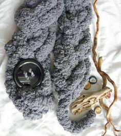 Treccione grigio morbidissimo con bottone nero di AlmaLadra