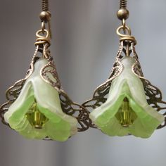 Green Earrings  Lucite Flower Earrings  door LeBouiBouiaBouBou