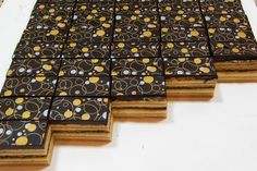 Fotopostup na čokotransfer na zákusku ako ho robím ja.Povrch zákuska musí byť rovný.Čokoládu dávame na vyhladený stuhnutý krém.Čokoláda nesmie byť moc horúca aby sa nám krém neroztiekol ale zase musí byť teplá, aby sa čokotransfer otlačil.Na 250gramov tmavej čokolády dávam približne 80 gramov Cery.Olej nedávam.Treba spod čokotransfera vyhladiť všetok vzduch aby nám čokotransfer chytil všade rovnomerne.Necháme stuhnúť a po stuhnutí stiahneme opatrne fóliu. Oreo Cupcakes, Cooking Tips, Cake Recipes, Food And Drink, Candy, Chocolate, Food Ideas, Madness, Easy Cake Recipes