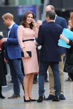Cheerful Kate offset her peachy look with simple black stilettos and a matching black clut...