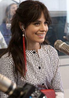 Votemos para verla así de feliz !! ❤️ Camila Cabello Style, Costume Noir, Cabello Hair, Rides Front, Fifth Harmony, Female Singers, Her Music, Celebs, Celebrities