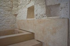 in pietra tra querce secolari su un colle in Valle d'Itria. Tre ...