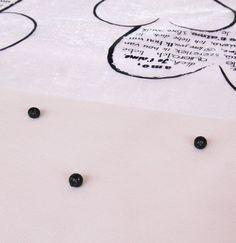 Pour donner du caractère à la nappe rose, n'oubliez pas d'y parsemer quelques petites boules pailletées.