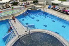 Blick auf die Schwimmbecken, im Vordergrund das Becken mit dem schwarzen Wasser - Hotel Livada Prestige, Moravske Toplice, #Slowenien