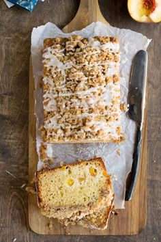 Peach Cobbler Loaf Cake recipe is tender vanilla cake studded with fresh, juicy peaches and topped with a sweet, brown sugar crumble! Just Desserts, Delicious Desserts, Yummy Food, Lemon Desserts, Yummy Yummy, Baking Recipes, Cake Recipes, Dessert Recipes, Fruit Recipes