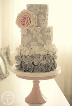 Estamos aqui para falar em possíveis modelos de bolo de casamento que dão água na boca aos noivos e a todos os seus convidados.