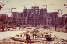 Cam așa arăta în 1986 șantierul Casei Poporului. Cartierul Uranus fusese distrus și pe locul lui se ridica un colos care trebuia să reprezinte puterea absolută a lui Nicolae Ceaușescu. Retro Pictures, Little Paris, Bucharest Romania, Socialism, Old Town, Dan, Tourism, Old Things, Street View