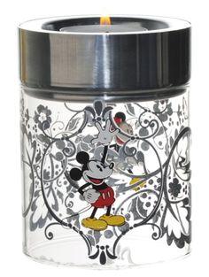 Mikki & Minni -kynttilälyhty, hopea Hopeanvärinen lasinen kynttilälyhty on leikkisä ja hauska lisä kodin sisustukseen. Voit asettaa tuikun joko lasin sisälle tai päälle. Halkaisija 7,5 cm