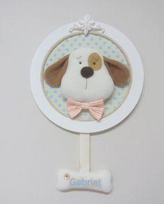 Quadro redondo em MDF, resina e carinha de cachorro em plush e gravatinha de tecido.  Pintado com tinta acrílica e fundo forrado em tecido.  Nome bordado no ossinho.  Tem 26cm de diâmetro.