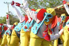 Carnaval de Barranquilla;  El Carnaval de Barranquilla es la fiesta folclórica y cultural más importante de Colombia.1 2 3 4 Más de un millón de personas, entre visitantes y locales participan anualmente en la fiesta,5 la cual se celebra desde el sábado hasta el martes anteriores al Miércoles de Ceniza. La temporada de Carnaval comienza el penúltimo viernes antes del Miércoles de Ceniza, cuando comienzan las fiestas públicas y verbenas, como la Guacherna