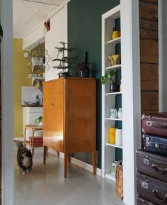 Sisustusta, nostalgisia tavaroita ja esineitä käsittelevä blogi. Retro Home Decor, Vintage Furniture, Beautiful Homes, Sweet Home, Indoor, Interiors, Colour, Living Room, Interior Design