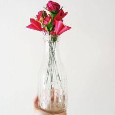 """""""Devo avere fiori vicino a me, sempre, e sempre!"""" Monet  Ahhh cosa faremmo senza i fiori di @fiorigami ? Sono l'unica cosa che riescono a dare un tocco di colore a queste giornate piovose! Il #temporary_corner con Lucia continua ancora per una settimana e a breve vi faremo vedere il video e l'allestimento completo! Non vediamo l'ora!"""