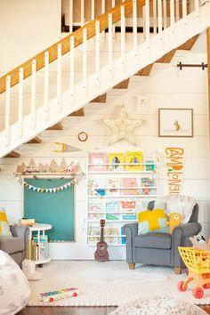 Eine gemütliche Spielecke unter der Treppe einrichten