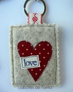 No Sew Felt Crafts – Expert Interview. No Sew Felt Crafts – Expert Interview. Scrap Fabric Projects, Fabric Scraps, Sewing Projects, Felt Keychain, Cute Keychain, Felt Gifts, Wire Crafts, Wool Applique, Fabric Jewelry