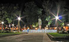 PLAZA VASCO DE QUIROGA. Es conocida como la plaza principal de Pátzcuaro, considerada como una de las más hermosas del continente americano. Es interesante resaltar que no hay ninguna iglesia a su alrededor, planeada por quien fuera obispo de Michoacán para motivar la convivencia de las casas indígenas, criollas y españolas en un mismo espacio.