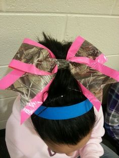In love with this duck tape project Camo Bows, Pink Camo, Cheerleading Bows, Cheer Bows, Duct Tape Bows, Duck Tape Crafts, Diy Crafts To Do, Rubber Bands, Browning