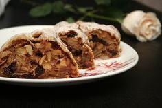 Штрудель по-немецки означает «вихрь». Сначала так назвали новый десерт австрийские кулинары в XVIII веке. Эта выпечка очень популярна в Украине, Молдавии, Венгрии, Германии, Чехии. В Греции есть очень похожий на штрудель пирог – бугаца