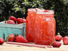 Fresh strawberries combined with southern sweet iced tea makes one refreshing, easy Southern Strawberry Sweet Iced Tea! Iced Tea Recipes, Drink Recipes, Southern Sweet Tea, Divas Can Cook, Strawberry Juice, Bobe, Summer Drinks, Summer Fruit, Refreshing Drinks