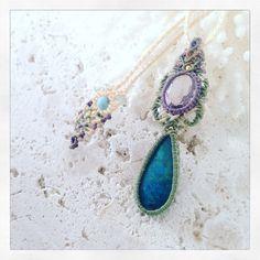 クリソコラ×ラベンダーアメジストマクラメコンビネーションペンダント。 地球のかけらみたいなペルー産のクリソコラと美しいカットが施されたラベンダーアメジストの出逢い。 オーダー作品から。 あー楽しかった♡ 石のご提案から始まり、石の歓びと共にあなただけの為に編みます♪ #MacrameJewelryMANO #マノ #miyakojima #miyakoisland #宮古島 #okinawa #macrame #マクラメ #handwork #handmade #手仕事 #diy #naturalstone #gemstone #stone #mineral #crystal #鉱物 #天然石 #accessories #アクセサリー #pendant #ペンダント #クリソコラ #chrysocolla #アメジスト #amethyst #lavender #earth
