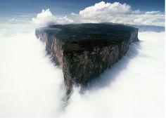 Monte Roraima, fronteira de Brasil com Venezuela  O monte se apresenta como um platô (em formato de mesa), formação característica do Planalto das Guianas. O ponto mais alto, Maverick Rock tem 2.810 metros e fica na Venezuela.