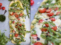 Pizza mit Basilikumpesto, Tomaten und Mozzarella