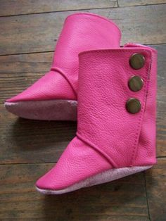 Petite botte bébé Bearpaw Boots, Baby Sewing, Jeans, Sewing Ideas, Shoes, Fashion, Bebe, Children, Moda