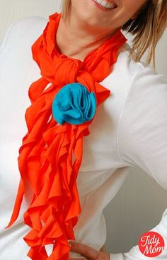 DIY T-shirt Scarves - roundup of tutorials and instructions showing you how to make a scarf out of a T-shirt. Recycle old T-shirts into cute scarves. Diy Scarf, Ruffle Scarf, Scarf Shirt, Shirt Scarves, Fleece Scarf, Recycled T Shirts, Old T Shirts, Old Sweater Diy, Braided T Shirts