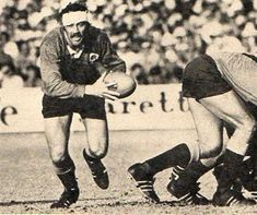 21 Aug 76 - Northern Transvaal 29 / All Blacks 27 Wynand Claasen on the charge for NTVL against the 1976 All Blacks. Pierre Spies, South African Rugby, All Black Men, International Rugby, All Blacks, Rugby Players, Referee, My Childhood Memories, South Africa