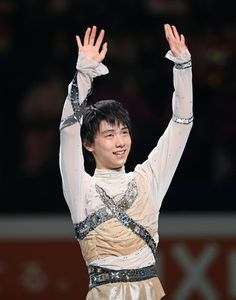 Yahoo!ニュース(AFP=時事) - 世界フィギュアスケート選手権、エキシビション。演技を終え歓声に応える羽生結弦(20
