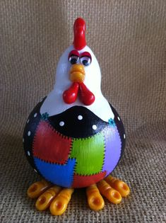 Galo com avental colorido em cabaça e biscuit. DITHY ARTESANATO. Clay Crafts, Diy And Crafts, Arts And Crafts, Paper Crafts, Chicken Crafts, Chicken Art, Paper Mache Animals, Clay Animals, Pine Needle Crafts