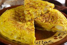 Hacer una «Tortilla de patatas» es fácil, sencillo y parece estar al alcance de cualquiera, pero no siempre es así, tiene sus trucos para que salga así como la ves, «redonda». Aunque inicialmente parece cocina de «principiantes» conozco a muchos avezados cocineros que después de muchos años de «oficio» se les resiste la tortilla. La … Egg Recipes, Great Recipes, Favorite Recipes, Spanish Omelette, Tasty Videos, Dinner Party Recipes, Spanish Tapas, Breakfast Bake, Breakfast Omelette