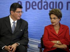 O ministro da Fazenda Joaquim Levy e a presidente Dilma Rousseff durante assinatura do contrato de concessão da ponte Rio-Niteroi, em cerimônia no Palácio do Planalto