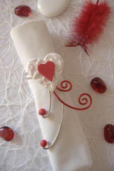 Rond de serviette rouge et blanc. Coeur réalisé à la main en argile polymère monté sur fil aluminium. Pour une décoration de table, raffinée et unique. Mariage, st Valentin...Plusieurs couleurs possibles.