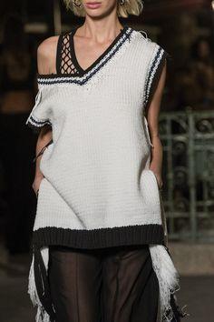 Sonia Rykiel at Paris Fashion Week Spring 2019 - Details Runway Photos Sonia Rykiel, Paris Fashion, Runway, Tunic Tops, V Neck, Style Inspiration, Knitting, Spring, Crochet