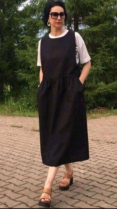 Сарафан из костюмной ткани на каждый день (2) - купить или заказать в интернет-магазине на Ярмарке Мастеров   Сарафан из костюмной ткани черного цвета хорошо… Relaxed Outfit, Comfortable Outfits, Plus Size Jumpers, Salwar Neck Designs, Apron Dress, Feminine Dress, Jumper Dress, Dress Sewing Patterns, Facon
