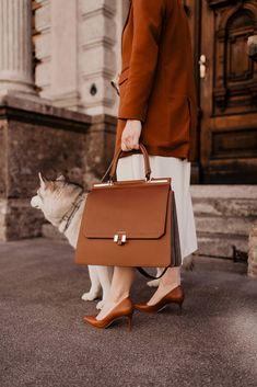 Anzeige. Die perfekte Handtasche fürs Büro zu finden klingt oft einfacher als gedacht. Sie musspraktisch sein, genug Platz für alle wichtigen Utensilien haben und dabei jedoch nicht übermäßig groß sein. Frau ist dabei auf der Suche nach einem Platzwunder mit sinnvollen Unterteilungen, nach einer Tasche die sich auf verschiedene Weisen tragen lässt undnicht zuletzt spielt natürlich auch die Optik der Business Bag eine entscheidende Rolle. www.whoismocca.com #bürotasche #laptoptasche #businessba