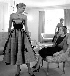 Grace Kelly is stunning! Grace Kelly and her mother. Vestidos Vintage, Vintage Dresses, Vintage Outfits, 50s Vintage, Wedding Vintage, 50s Dresses, Vintage Style, Fashion Dresses, Formal Dresses
