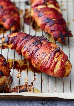 Super crispy bacon-wrapped chicken breast baked in the oven. To get the bacon super crispy use this little trick and you will love the results. Crispy bacon on the outside and tender and juicy chicken (Baking Tips Chicken Breasts) Baked Bacon Wrapped Chicken, Chicken Breast With Bacon, Oven Baked Bacon, Bacon In The Oven, Bbq Bacon, Chicken Breasts, Chicken Bacon, Bacon Recipes, Chicken Recipes