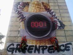Activistas de Greenpeace México escalan la Estela de Luz