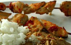 Det här behöver du till4-6 personer: Ris 700-900 gram kyckling sambal oelek Jordnötssås 1/2 dlfinhackade jordnötter 4 1/2msk jordnötssmör 1tsk sambal oelek 1gul lök 1-2vitlöksklyftor 1msk neutral olja 1burk kokosmjölk ( 400 ml) 4 tsk röd currypasta 1msk råsocker 1msk fisksås 1msk pressad citron- eller limesaft Bra att ha : … Läs mer Shrimp, Good Food, Meat, Healthy Food, Yummy Food