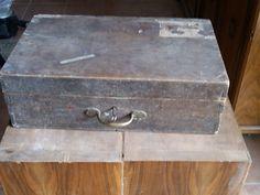 Vecchia valigia in legno, da viaggio o porta attrezzi. Com'era prima del restauro...