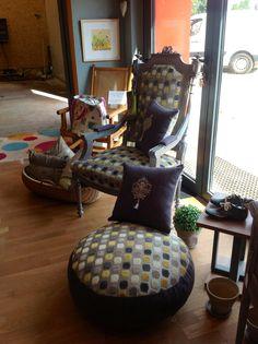 Fauteuil rénové, garniture traditionnelle. A voir dans la boutique les Ateliers de Béa  Situé dans le Hang'Art des Créateurs a Tignieu. Pouf et coussins assortis vendu séparément.