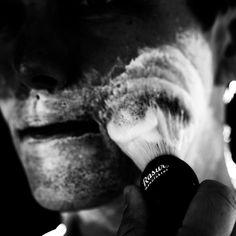 Exklusive Produkte für die tägliche Rasur. Monatlich geliefert. @rasurmanufaktur #rasierpinsel #rasierhobel #rasierschaum #rasur #gentleman #gentlemen #style #lifestyle #shavingbowl #lather #shaving #safetyrazor #beard #shaving #nassrasur #fotocredit @arnoldpoeschl