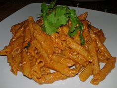 If you love all things pasta, then you just have to try this quick and easy creamy tomato penne pasta! ☺ Ingredients: penne pasta (boiled and set aside) 1 tsp crushed garlic 1 green c… Best Pasta Recipes, Veg Recipes, Sauce Recipes, Italian Recipes, Vegetarian Recipes, Dinner Recipes, Cooking Recipes, Easy Recipes, Dinner Ideas