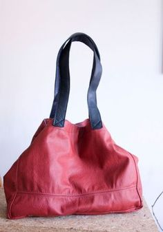 Duża, pakowna torba typu tote bag z prostym zapięciem. Zgaszona czerwień.