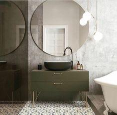 Schon Großer Runder Spiegel, Ein Schwarzes Waschbecken Und Graue Unterschänke,  Bodenfliesen Mit Mustern, Graue